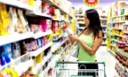 Lire les étiquettes des aliments en supermarché (© Danilin Vasily/Thinkstock)
