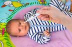 Indiquée dans le traitement symptomatique des affections douloureuses et/ou fébriles, ADVILMED suspension buvable est réservé au nourrisson et à l'enfant de 3 mois à 12 ans (illustration).