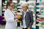 Entretien pharmaceutique avec une personne âgée (illustration).