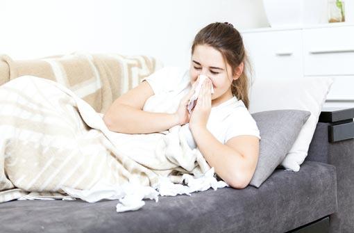 Femme alitée souffrant de la grippe (© Artfoliophoto/Thinkstockphotos)