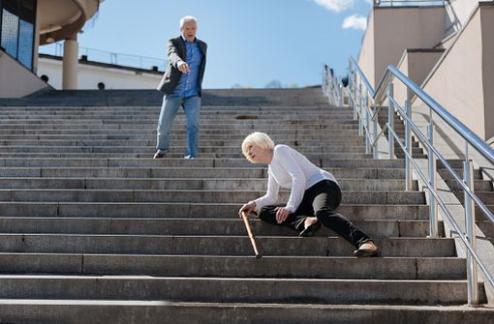Opiacés chez les personnes âgées : le surrisque de chute est-il significatif ? Quel impact sur la mortalité ?