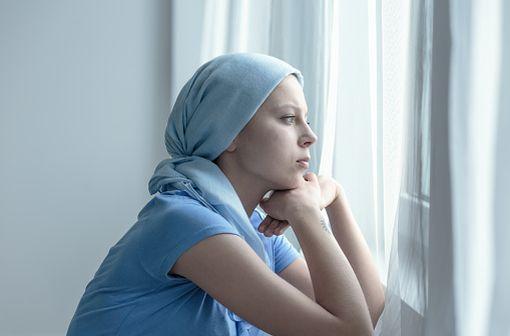 AKYNZEO est indiqué chez l'adulte dans la prévention des nausées et vomissements aigus et retardés associés aux chimiothérapies anticancéreuses (illustration).