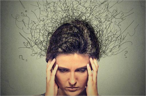 L'alprazolam est utilisé dans la prise en charge d'anxiétés, de crises d'angoisse, de delirium tremens et de sevrages alcooliques (illustrations).