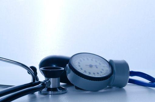 L'amlodipine est utilisée dans la prise en charge de l'angor et de l'hypertension artérielle (illustration).