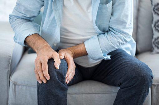 L'arthrose traduit une dégénérescence du cartilage des articulations et conduit à une destruction plus ou moins rapide du cartilage qui enrobe l'extrémité des os (illustration).