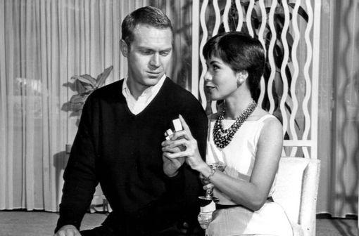 Steve McQueen, atteint d'un mésothéliome pleural incurable, a reçu quelques mois avant son décès de grandes quantités de laétrile (substance extraite des amandes des noyaux d'abricot), sans succès (photo : Steve McQueen et Neile Adams en 1960)