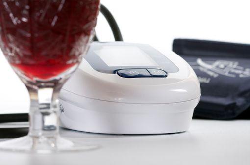En cas d'hypertension et de prise régulière de plus de deux verres d'alcool, baisser la consommation quotidienne diminue la tension artérielle (illustration).