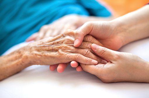 Le toucher des personnes atteintes d'une maladie d'Alzheimer, avec leur consentement et après avoir été prévenues, pourrait diminuer leur anxiété, les apaiser (illustration).