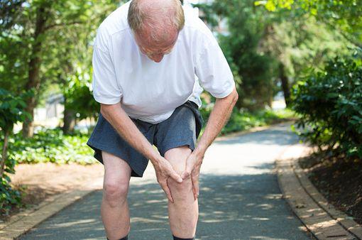 L'arhtrose du genou affecte particulièrement les sujets âgés et peut s'avérer très invalidante au quotidien (illustration).