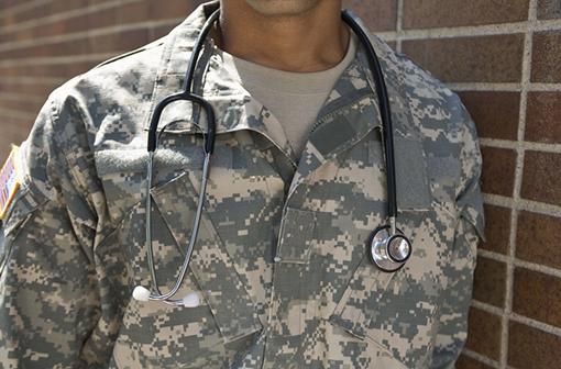 Une étude menée par l'armée suisse montre que les mesures barrières semblent prévenir l'apparition de symptômes en cas d'infection (illustration).