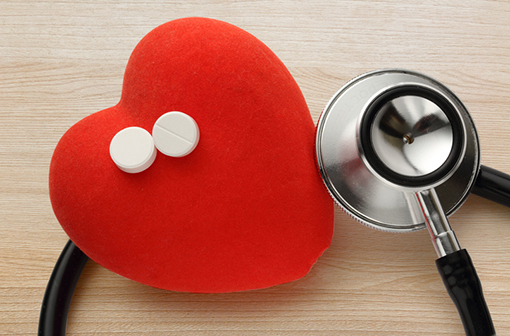 La prise quotidienne d'aspirine à faible dose en prévention secondaire après 75 ans est associée à une forte augmentation du risque de saignement (illustration)..