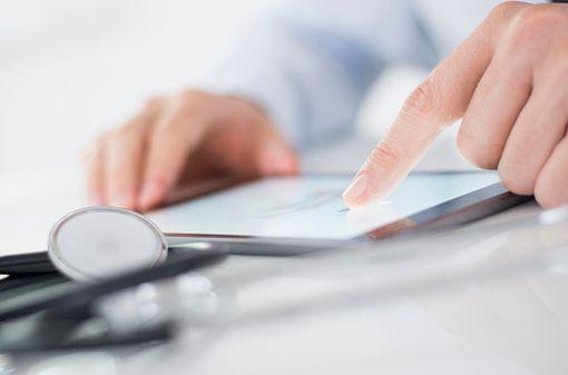 Les médecins utilisent de plus en plus les outils numériques pour s'informer, se former, échanger avec leurs pairs (illustration).