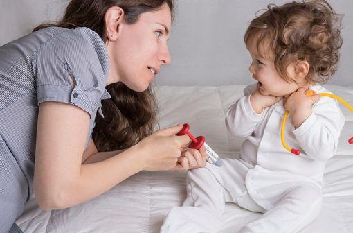 Mère expliquant à son enfant comment se passe une piqûre (illustration).