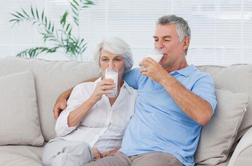 Les seniors sont encouragés à augmenter leurs apports quotidiens en calcium, alimentaire ou non, en prévention du risque ostéoporotique (illustration).