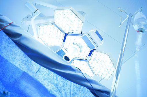 L'atracurium bésilate est utilisé dans la prise en charge d\'anesthésies générales, de curarisations et de sédations en unités de soins intensifs (illustration).