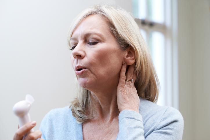 Le traitement hormonal de la ménopause vise à corriger les symptômes liés au déficit en estrogènes (illustration).