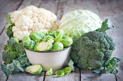Les aliments les plus riches en vitamine K, à éviter en cas de traitement par AVK du fait qu'il font baisser l'INR, sont les choux, la choucroute, le chou-fleur, les épinards, les brocolis et le persil (illustration).