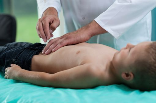 Le diagnostic de douleur est parfois difficile chez l'enfant. Son expression peut être particulière du fait des relations avec les soignants ou les parents (illustration).
