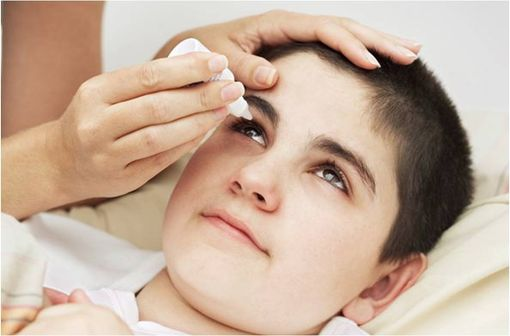Les collyres mydriatiques exposent les enfants à un risque de toxicité supérieur à celui des adultes (illustration).