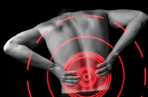 Les contractures musculaires douloureuses ont le plus souvent une origine rachidienne et, parmi elles, les plus fréquentes sont les lombalgies (illustration).