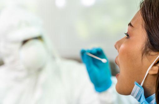 Le prélèvement oropharyngé : une alternative chez les patients asymptomatiques lorsque le prélèvement nasopharyngé est contre-indiqué (illustration).