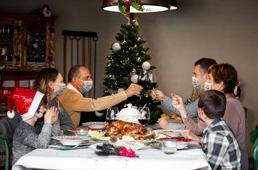 À l'approche de Noël, 1/3 des Français envisagerait de se faire tester avant les fêtes (illustration).