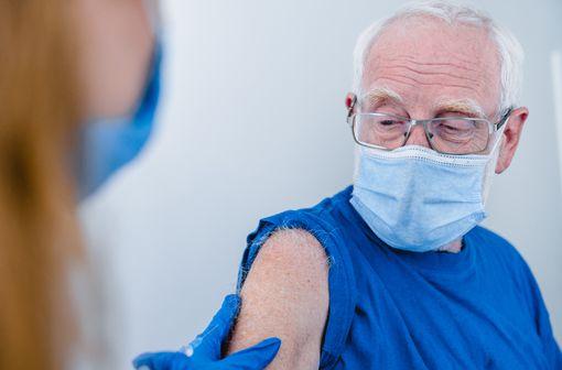 Vacciner plus de personnes ayant des facteurs de risque de formes graves de COVID-19 et plus rapidement (illustration).