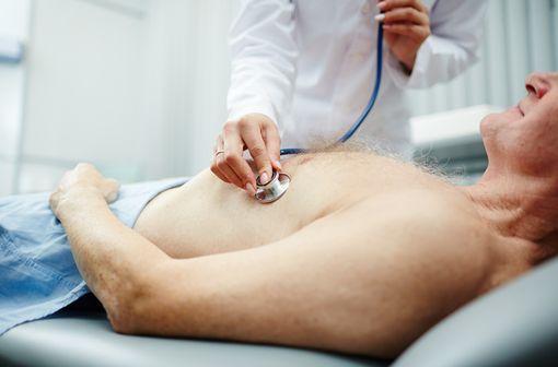 Si le médecin le juge nécessaire, une consultation en présentiel doit être programmée à tout moment pour le patient insuffisant cardiaque ou coronarien (illustration).