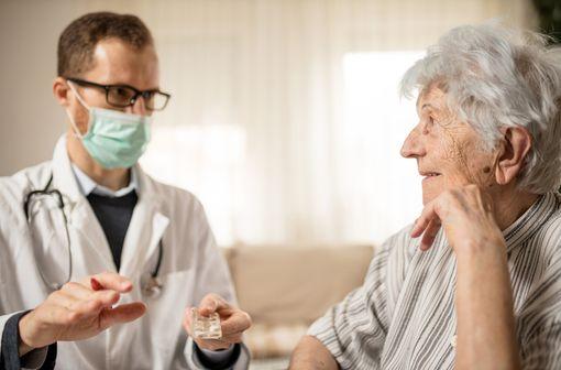 Les infirmiers/ières sont autorisé(e)s jusqu'au 15 avril 2020 à prolonger certains soins initialement prescrits par un médecin, au-delà de la durée de validité de l'ordonnance (illustration).