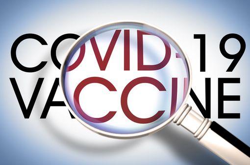 Dans le cadre de la surveillance renforcée des vaccins utilisés contre la COVID-19, une enquête de pharmacovigilance est mise en place pour surveiller en temps réel le profil de sécurité des vaccins disponibles en France (illustration).