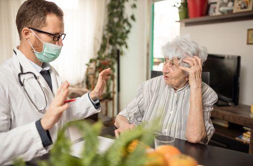 Les sujets âgés présenteraient souvent des formes cliniques particulières de COVID-19, à prédominance digestive et neurologique (illustration).