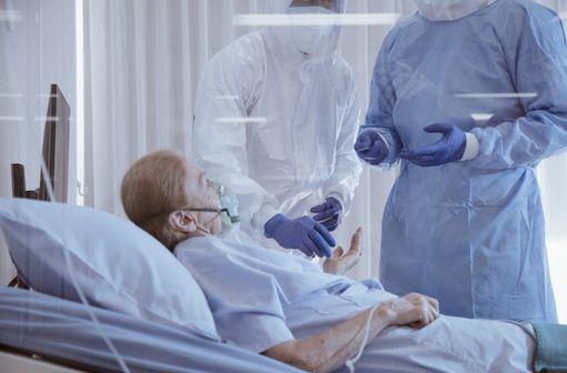 L'âge et les maladies chroniques sont les principaux facteurs de risque de COVID-19 grave et de décès (illustration).