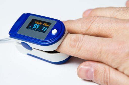 La mesure de la saturation pulsée en oxygène au doigt fait partie de l'évaluation médicale du patient COVID-19 +, même asymptomatique (illustration).