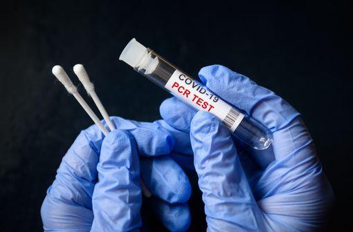 Depuis le 15 octobre 2021, seuls les résultats issus d'un test antigénique ou d'un test RT-PCR (remboursable ou non) constituent une preuve pour obtenir un passe sanitaire COVID-19 (illustration).