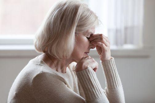 La persistance ou la résurgence de symptômes plus de 4 semaines après l'épisode initial (illustration).