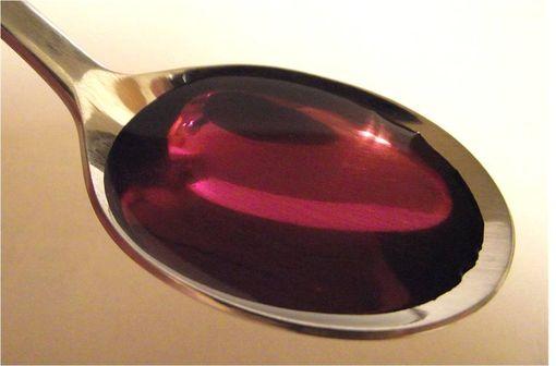 """La codéine et ses dérivés sont utilisés sous différentes formes (comprimé, sirop, solution buvable) pour la fabrication de cocktails dangereux (illustration """"Purple Drank, @Stickpen sur Wikimedia)."""