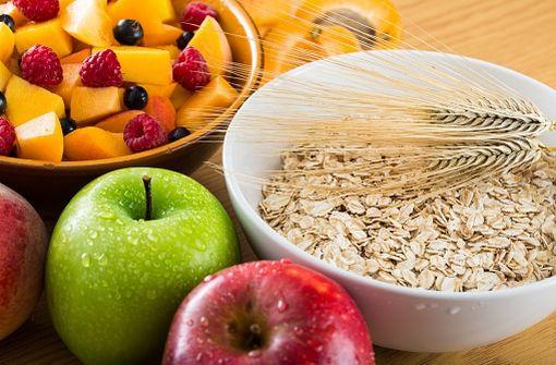 La consommation régulière d'aliments riches en fibres facilite le transit intestinal (illustration).