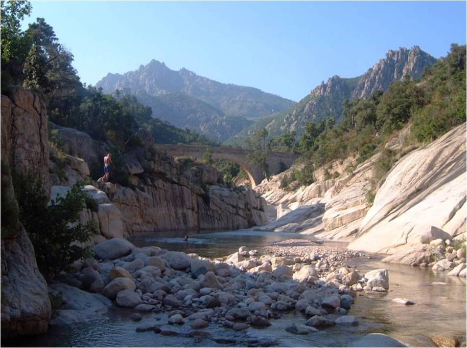 Le Cavo est un petit fleuve côtier français qui coule dans le département de la Corse-du-Sud et se jette dans la Mer Méditerranée (cliché @ Neri.jp, Wikimedia).