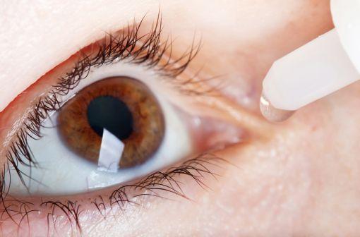 DACRYOSERUM est indiqué dans le lavage oculaire en cas d'irritation conjonctivale (illustration).