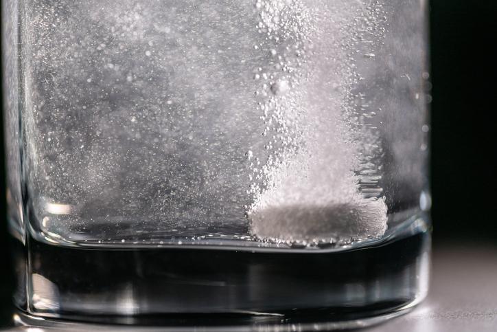 les comprimés effervescents doivent être dissous dans un liquide avant leur prise (illustration).