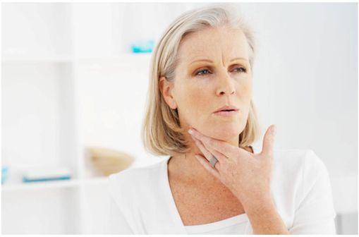 DOLI MAL DE GORGE HEXAMIDINE/TETRACAÏNE associe un antiseptique local et un anesthésique local.