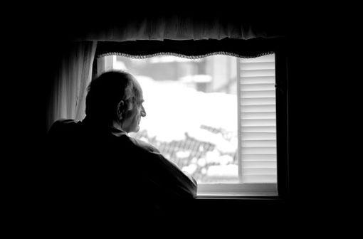 L'isolement est un des facteurs de risque de dépression chez les personnes âgées (illustration).
