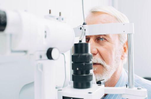 Les patients traités par ELMIRON doivent consulter rapidement leur médecin en cas de difficultés de lecture et d' adaptation lente à une luminosité faible ou réduite (illustration).