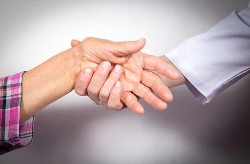 Main déformée par des lésions de polyarthrite rhumatoïde (illustration).