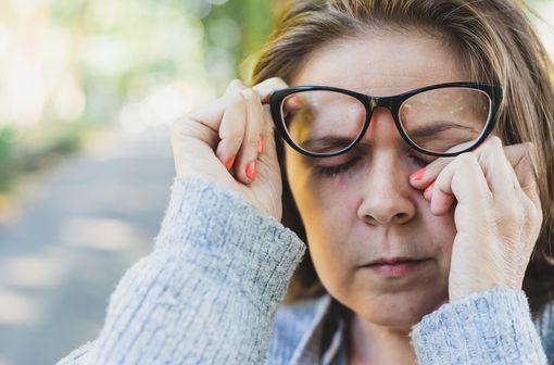 Le traitement de 1re intention de la DMLA exsudative repose sur des injections intravitréennes d'un anti-VEGF, qui permet de stabiliser voire d'améliorer la vision des patients (illustration).