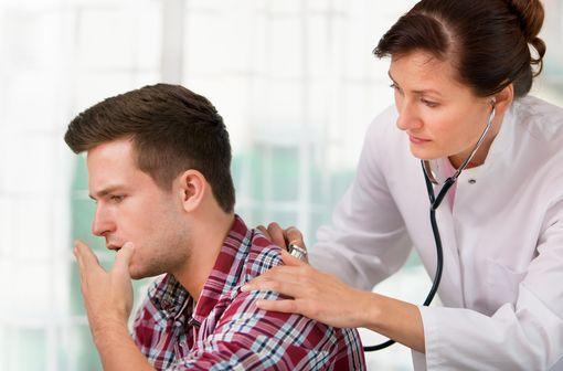 Dans 50 % des cas de bronchite aiguë, la toux initialement sèche devient grasse et accompagnée d'expectorations (illustration).
