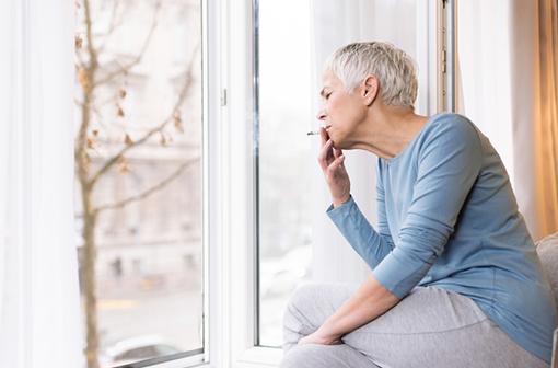 Les fumeurs sont-ils moins à risque de souffrir de COVID-19 ? (illustration).
