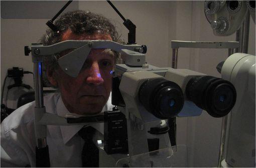 Mesure de la tension oculaire au moyen d'un tonomètre (illustration).