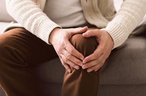 L'arthrose (plus particulièrement la gonarthrose) a des causes et/ou des facteurs aggravants à la fois génétiques et environnementaux (obésité notamment) [illustration].