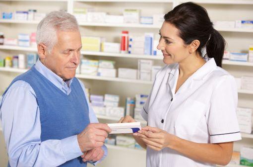 Le rôle des pharmaciens est essentiel dans la substitution, en particulier pour expliquer aux patients que tel générique correspond à tel médicament de marque habituellement ou auparavant prescrit (illustration).